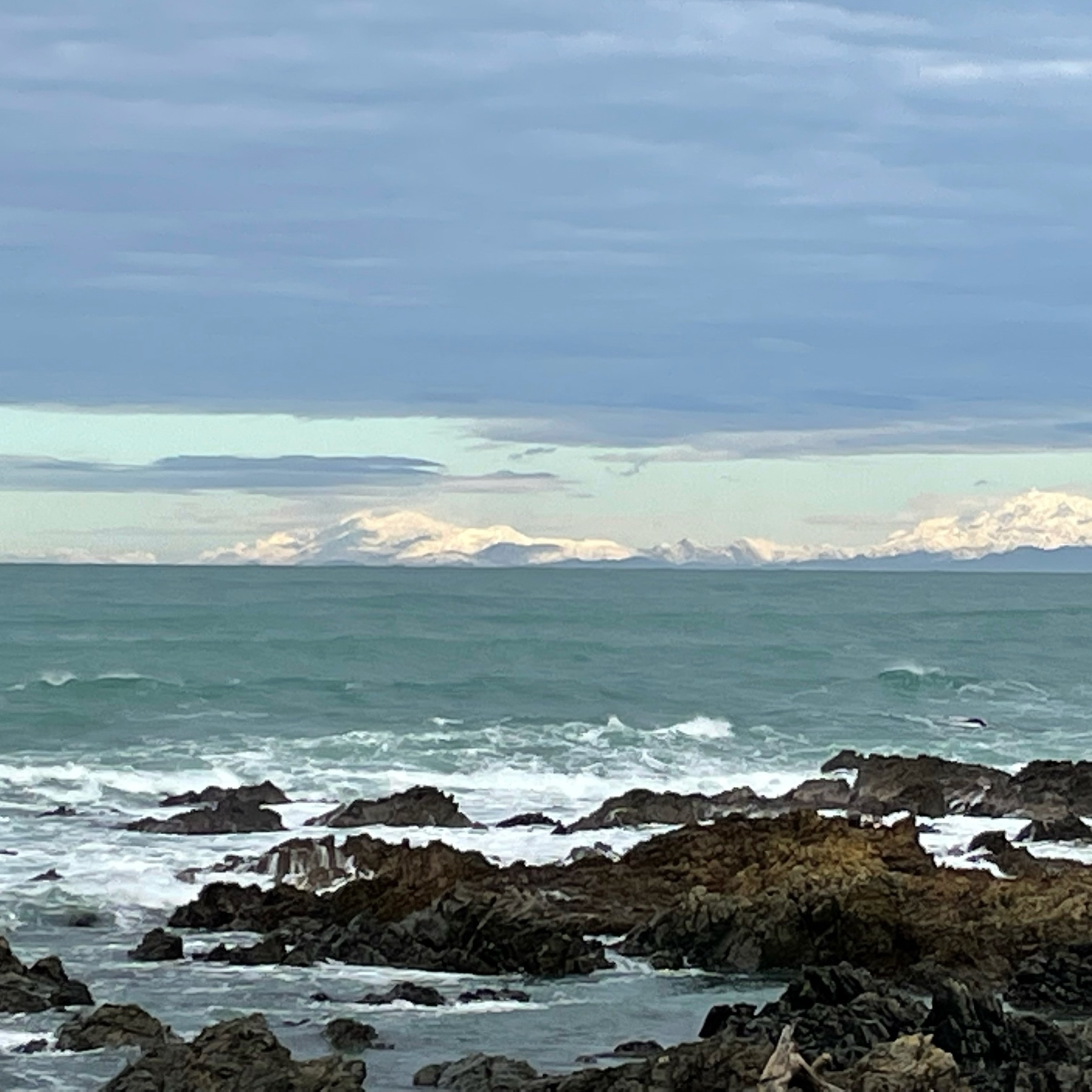 A photo of the topnof the South Island, from the Wellington south coast in the North Island. the Mountains and lowlands are ubder a blanket of snow.